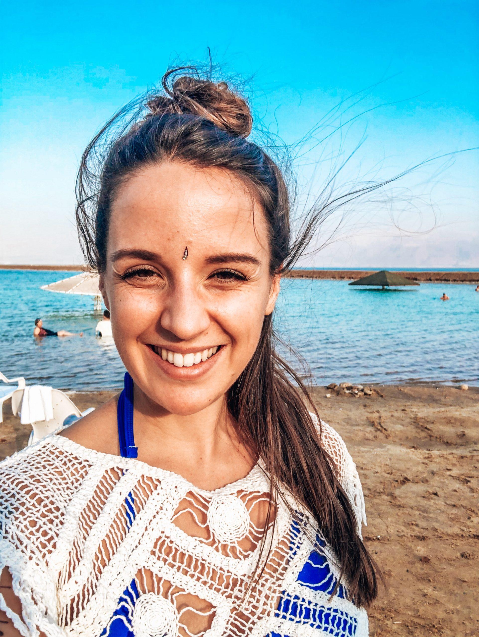 Cathy lächelnd am Meer