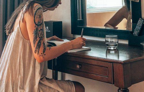 Cathy sitzt am Schreibtisch und schreibt