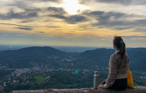 Cathy sitzt am Berg